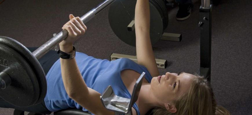 Základem kruhového tréninku je, že během jednoho cvičení (40 – 60 minut) postupně střídáte různé cviky.