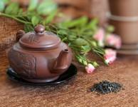 Pravidelné pití zeleného čaje taká pomáhá zvýšit rychlost metabolismu a spalování tuků.
