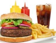 """Jídlo, které si můžete běžně koupit v KFC, opravdu nepatří mezi """"nízkokalorické""""."""