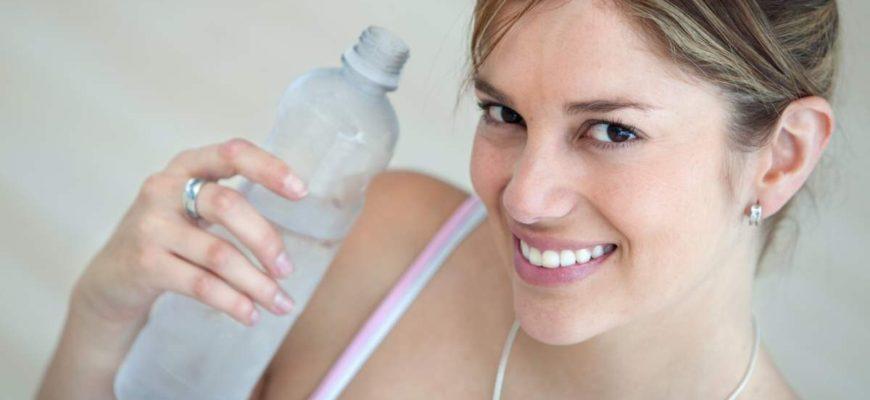 Dobře hydratovaná pokožka způsobuje, že vaše pleť vypadá zdravěji a vizuální efekt vrásek je značně potlačen.