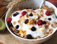 Jogurt je na dietním jídelníčku vhodné kombinovat s dalšími potravinami.