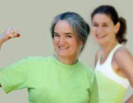 Kromě velkých výkyvů nálad, řídnutí kostí a dalších změn v důsledku poklesu hormonů nastává u žen v menopauze i rychlejší ukládání tuků.