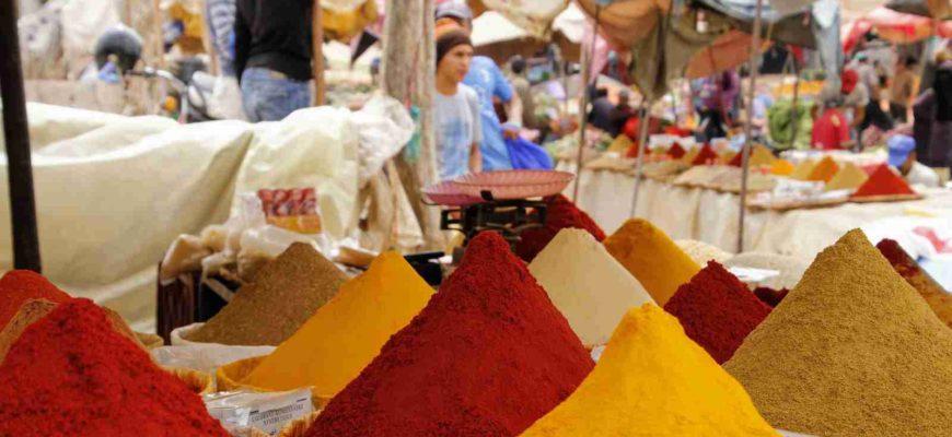 """V obecném slova smyslu se termín """"koření"""" používá pro označení sušených nebo čerstvých částí rostlin."""