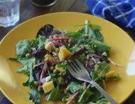 Snažte se tedy jíst hlavně zdravě. Hodně ovoce a zeleniny, přiměřené množství bílkovin, tuků a sacharidů.
