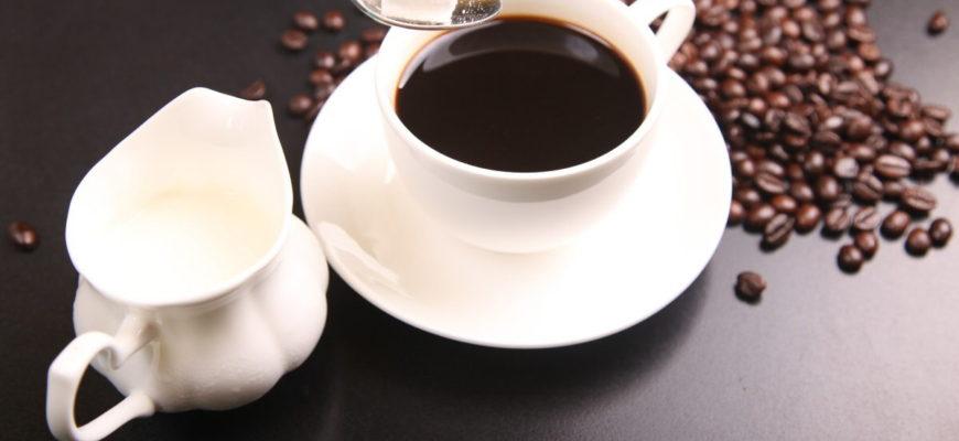 Samotná káva nebo čaj obsahují jen zanedbatelné množství kalorií. Třeba jeden hrnek klasické turecké kávy (200 ml) obsahuje pouze 12 kcal, resp. 50 kJ.