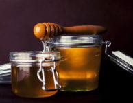 Přírodní med obsahuje celou řadu vitamínů a jiných prospěšných látek.