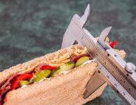 Pokud chcete zhubnout, nebo alespoň nenabírat další kila, měl by být váš kalorický příjem v rovnováze s kalorickým výdejem.