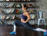 Velmi dobrým cvikem na zadek, jsou i výpady. Ty silně zatěžují lýtkové svaly, hýždě (zadek) a stehna.