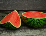 Když prolistujete nabídku ovoce, tak tam meloun obvykle nenajdete. V obchodech je zařazený pod zeleninou.