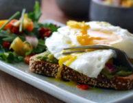 Jsou vajíčka zdravá? A patří vejce na dietní jídelníček? Jedno vejce velikosti M, představuje cca 80 kalorií (335 kJ). Nejméně kalorií a tuku obsahuje vaječný bílek. Ten určitě patří i na dietní jídelníček