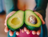 Avokádo je velmi zdravé a dietní ovoce. Obsahuje sice vyšší obsah kalorií. Na to gramů má až 243 kalorií (kcal). To je dáno především vysokým obsahem tuků. Jedná se ale o zdravé tuky, které rozhodně patří na dietní jídelníček i při hubnutí.