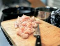 """Kuřecí maso obsahuje, ve srovnání s hovězím nebo vepřovým masem, podstatně méně kalorií. Kuře tak určitě patří na dietní jídelníček (bez kůže a bez tuku). Kalorický obsah kuřecího masa, je ale hodně závislý na způsobu přípravy. Smažený kuřecí řízek je """"kalorická bomba""""."""