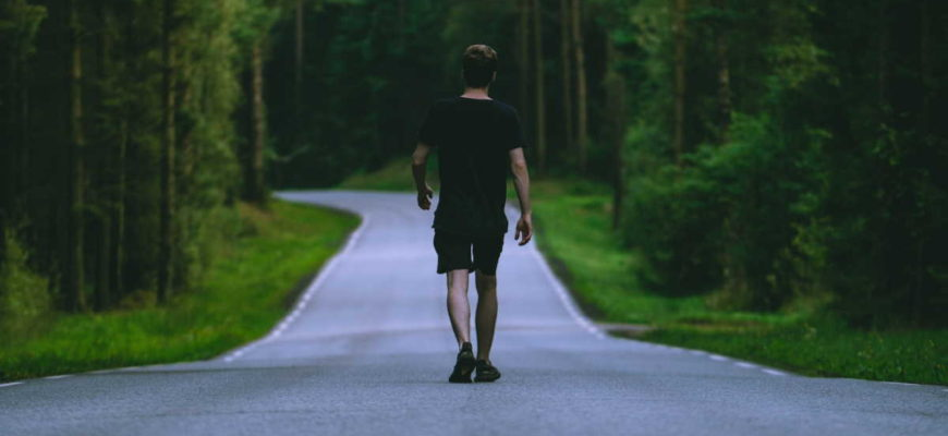 Průměrná délka kroku je asi 42% vaší výšky. Bude tedy někde v rozmezí od 60 do 80 centimetrů. Z toho pak vyplývá, že 1 km je asi 1500 až 1200 kroků. Jeden kilometr pak ujdeme (podle rychlosti) za 30 až 10 minut.