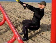 Při cvičení na stehna je dobré volit takové cviky, které optimálně zapojí i zadek (hýžďové svaly) a břicho.