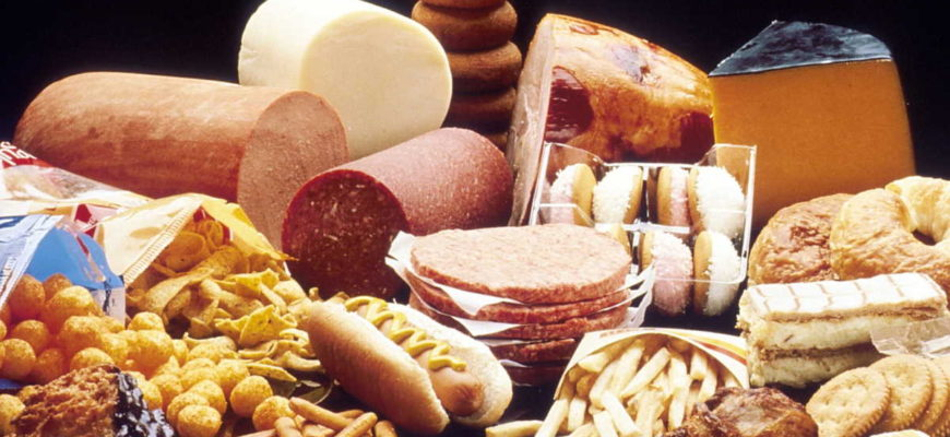 """Zvýšená nebo vysoká hladina cholesterolu je významné zdravotní riziko. Celková hladina cholesterolu v krvi by neměla být vyšší než 5,2 mmol/l. Současně je ale důležité, aby hladina """"dobrého"""" cholesterolu (HDL cholesterol) nebyla pod 1,4 mmol/l."""