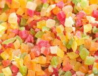 """Hodí se sušené ovoce na zdravý a dietní jídelníček? Ano, ale jen v přiměřeném (menším množství). Díky vysokému obsahu cukrů (sacharidů), není sušené ovoce nic moc dietního. Má sice hodně vitamínů, minerálů a vlákniny. Často ale obsahuje i přidané cukry, konzervační látky a další """"chemii""""."""